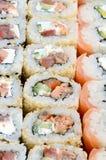 Конец-вверх много кренов суш с различными завалками Съемка макроса сваренной классической японской еды изображение энергии принци Стоковые Изображения RF