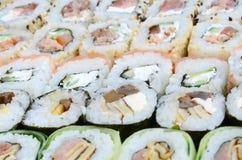 Конец-вверх много кренов суш с различными завалками Съемка макроса сваренной классической японской еды изображение энергии принци Стоковая Фотография RF