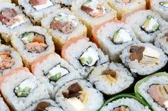 Конец-вверх много кренов суш с различными завалками Съемка макроса сваренной классической японской еды изображение энергии принци Стоковая Фотография
