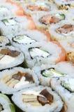Конец-вверх много кренов суш с различными завалками Съемка макроса сваренной классической японской еды изображение энергии принци Стоковое фото RF
