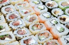 Конец-вверх много кренов суш с различными завалками Съемка макроса сваренной классической японской еды изображение энергии принци Стоковые Фотографии RF