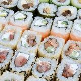 Конец-вверх много кренов суш с различными завалками Съемка макроса сваренной классической японской еды изображение энергии принци Стоковое Изображение RF