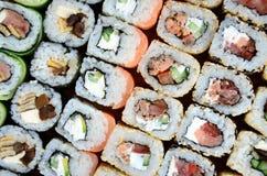 Конец-вверх много кренов суш с различными завалками Съемка макроса сваренной классической японской еды изображение энергии принци Стоковые Фото