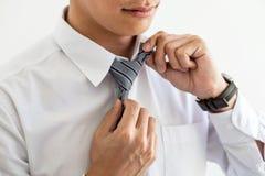 Конец вверх молодого привлекательного бизнесмена носит серые связь и объявление стоковое изображение rf