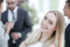 Конец-вверх молодой женщины в офисе на предпосылке коллег Стоковое фото RF