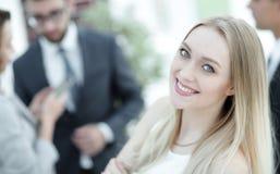 Конец-вверх молодой женщины в офисе на предпосылке коллег Стоковое Изображение RF