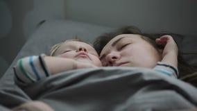 Конец-вверх молодой матери спать с сыном младенца в кровати T видеоматериал