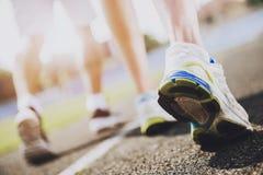 конец вверх Молодые Sporty бегуны готовые для того чтобы побежать спринт стоковые фотографии rf