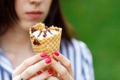 Конец-вверх мороженого Молодая красивая девушка с длинными пропуская волосами держа мороженое стоковое изображение rf