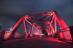 Конец-вверх моста стальной структуры на ландшафте ночи Стоковое Фото