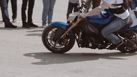 Конец-вверх мотоцикла во время исполнения крутого поворачивает дальше мотор-шоу акции видеоматериалы