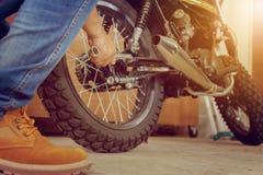 Конец-вверх мотоцикла отладки руки молодого человека, механически хобби a стоковые изображения