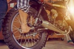 Конец-вверх мотоцикла отладки руки молодого человека, механически хобби a стоковые изображения rf
