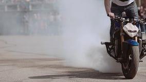 Конец-вверх мотоциклиста на мотор-шоу во время эффектного выступления на мотоцикле видеоматериал