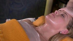 Конец-вверх молодой женщины получая обработку курорта на салоне красоты Массаж стороны курорта Лицевая косметика Салон курорта сток-видео