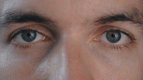 Конец-вверх мужских глаз ` s видеоматериал