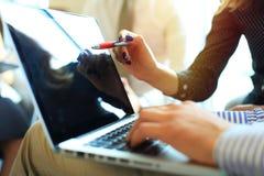 Конец-вверх мужских рук используя компьтер-книжку на офисе, ` s человека вручает печатать на клавиатуре компьтер-книжки в интерье Стоковые Изображения RF