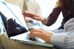 Конец-вверх мужских рук используя компьтер-книжку на офисе, ` s человека вручает печатать на клавиатуре компьтер-книжки в интерье Стоковое фото RF