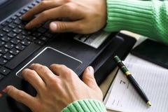 Конец-вверх мужских рук над черной клавиатурой компьтер-книжки во время печатать Стоковые Фото