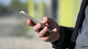Конец-вверх мужских рук печатая на сотовом телефоне акции видеоматериалы