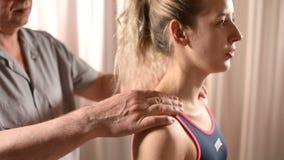 Конец-вверх мужских рук физиотерапевта делая массаж здоровья к пациенту маленькой девочки Osteopathy и не традиционное видеоматериал