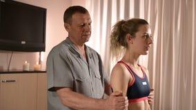 Конец-вверх мужских рук физиотерапевта делая массаж здоровья к пациенту маленькой девочки Osteopathy и не традиционное сток-видео