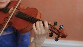Конец-вверх музыканта играя скрипку, классическую музыку сток-видео
