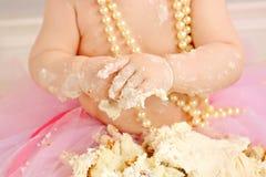 Конец вверх младенца есть торт совсем грязный Стоковые Фотографии RF