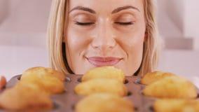 Конец вверх на белокурый удовлетворять женщины ее тортов акции видеоматериалы