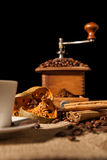 Конец-вверх на высушенных оранжевых плодоовощ и циннамоне и кофе-фасолях Стоковое Фото