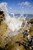 Конец-вверх на море развевает брызгать на камнях берегом Ирландское море европа Стоковые Изображения