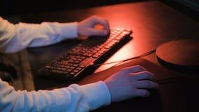 Конец-вверх на руке на мыши компьютера играя видеоигры - eSports Человек играя конкуренцию ПК онлайн сток-видео