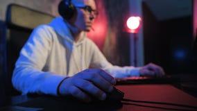 Конец-вверх на руке на мыши компьютера играя видеоигры - eSports Человек играя конкуренцию ПК онлайн видеоматериал
