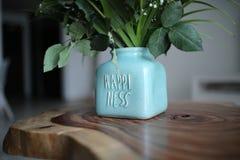 Конец вверх на фразе на вазе со стильным счастьем хрустов стоковое изображение