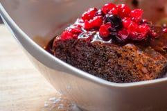Конец-вверх на шоколадном торте с плодоовощами леса стоковое изображение