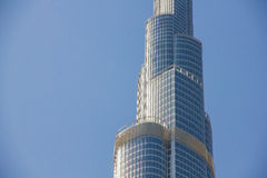Конец вверх небоскреба Burj Khalifa с голубым небом в Дубай Стоковое Изображение