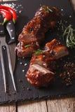 Конец-вверх нервюр свинины BBQ на таблице с ингридиентами вертикально стоковое фото