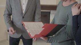 Конец-вверх неузнаваемого контракта ипотеки знака человека, положил подпись на договор об аренде приобретения продажи Удовлетворе акции видеоматериалы