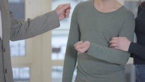 Конец-вверх неузнаваемого риэлтора handshaking человека и получить ключ Уверенное успешное рукопожатие Реклама, недвижимость видеоматериал