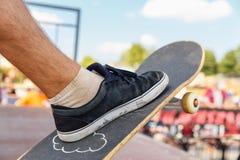 Конец-вверх ноги конькобежца на скейтборде Стоковые Изображения