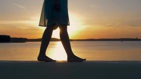 Конец-Вверх ног женщин на пляже в мерцающих лучах захода солнца акции видеоматериалы