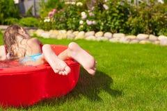 Конец-вверх ног маленькой девочки в бассейне Стоковая Фотография
