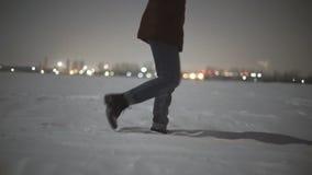 Конец-вверх ног ` s женщины идя на пустыню снега на ноче Свет луны съемки замедления Stabiblized видеоматериал