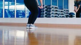 Конец-вверх ног ` s танцора, девушка танцуя бедр-хмель видеоматериал