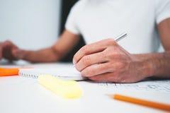 Конец-вверх ноутбука польз архитектора рук и строя светокопии на таблице деятельности в размерах офиса стоковое фото