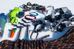 Конец-вверх оборудования зимы взбираясь на свежем снеге на солнечный день Штуцеры с газебо веревочки и zhumar так же, как Стоковое Изображение