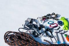 Конец-вверх оборудования зимы взбираясь на свежем снеге на солнечный день Штуцеры с газебо веревочки и zhumar так же, как Стоковое Изображение RF