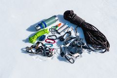 Конец-вверх оборудования зимы взбираясь на свежем снеге на солнечный день Штуцеры с газебо веревочки и zhumar так же, как Стоковые Изображения