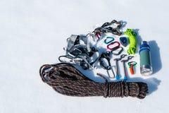 Конец-вверх оборудования зимы взбираясь на свежем снеге на солнечный день Штуцеры с газебо веревочки и zhumar так же, как Стоковое фото RF
