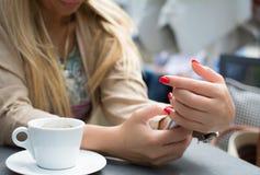 Конец-вверх довольно сексуальной девушки с мобильным телефоном белокурых волос печатая Стоковое фото RF